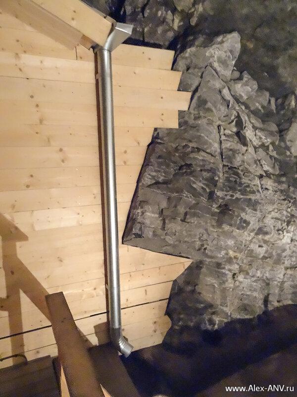 Вагонка кокетливо вписана в изломы камней.