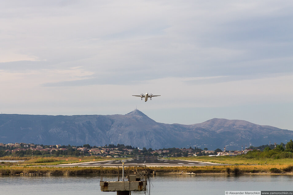 Взлёт винтового самолёта в аэропорту Керкиры, Корфу, Греция