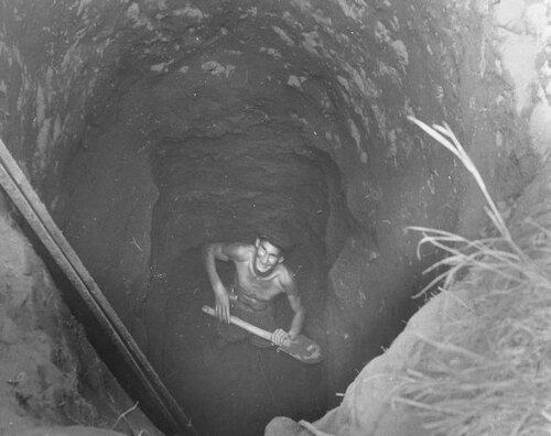 Прашкевич в шурфе на раскопках у г.Очёр.1958