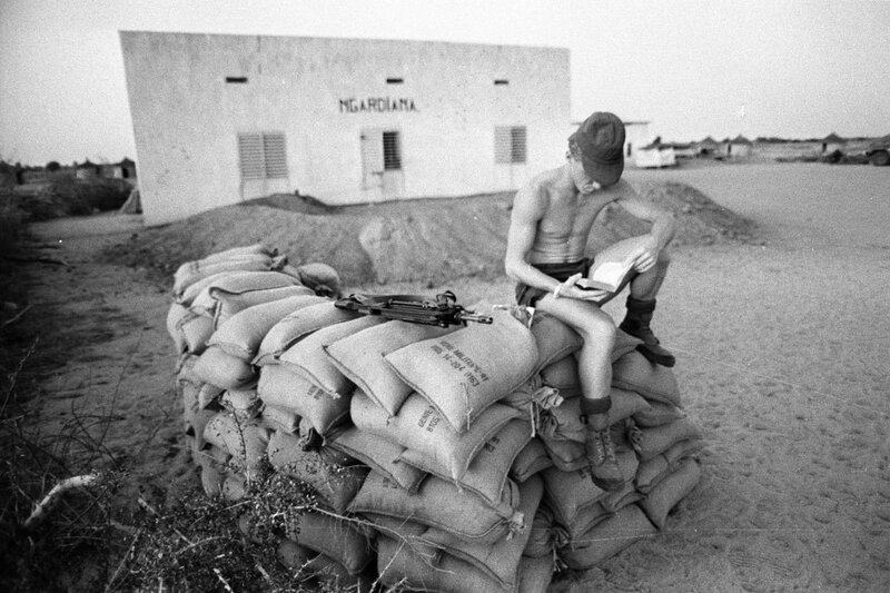 """Dans le cadre de l'opération """"Manta"""", un moment de détente au poste Ngardiana tenu par le 2e RIMa (Régiment d'Infanterie de Marine) à Ati."""