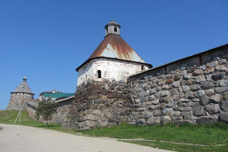 Успенская башня Соловецкого монастыря, чуть поржавела, но держится стойко