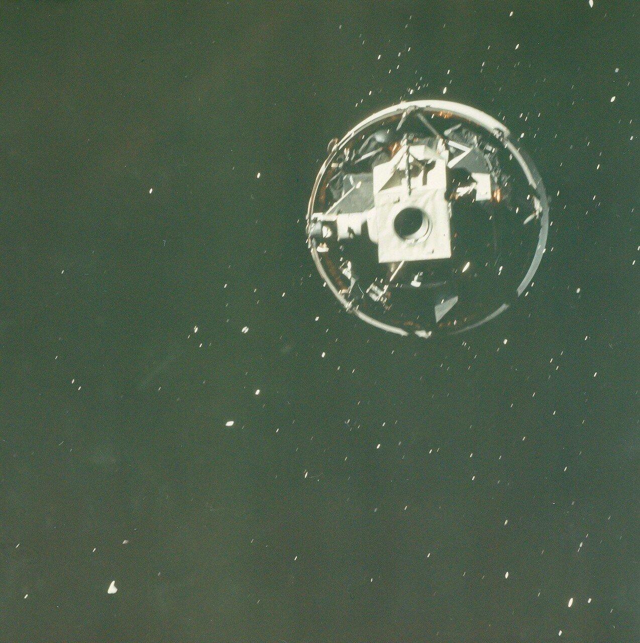 Утром пятого дня Янг и Дьюк перешли в лунный модуль и начали готовить его к отстыковке и посадке. На снимке: ЛМ перед отделением
