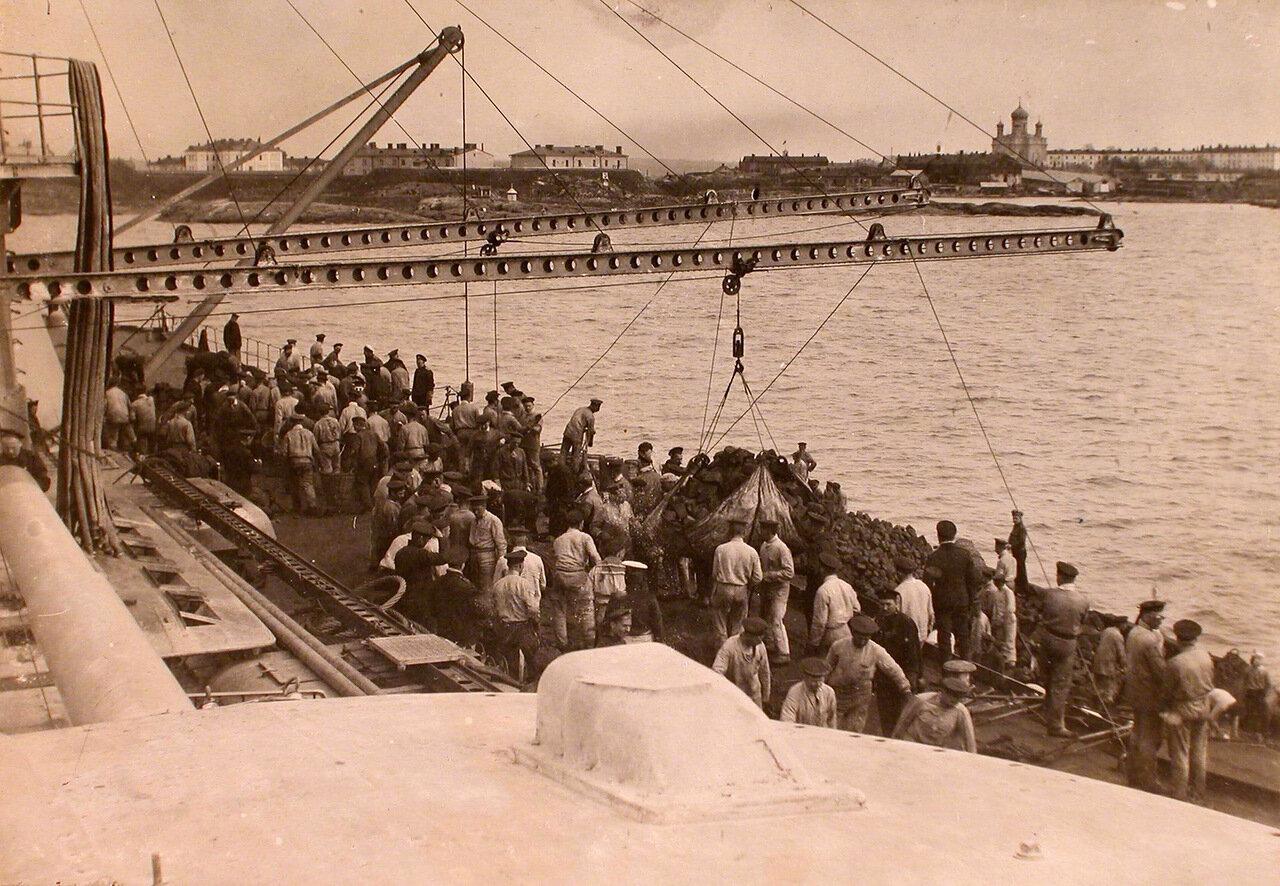 06. Рабочие морского порта за погрузкой угля на борт линейного корабля