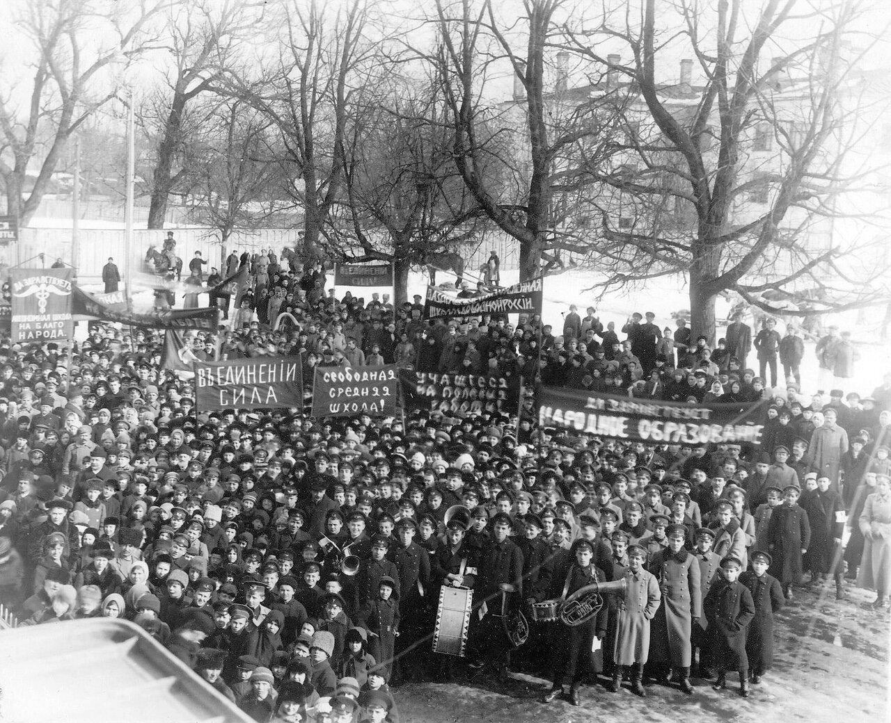 03. Демонстрация учащихся у здания городской ратуши. 24 марта 1917