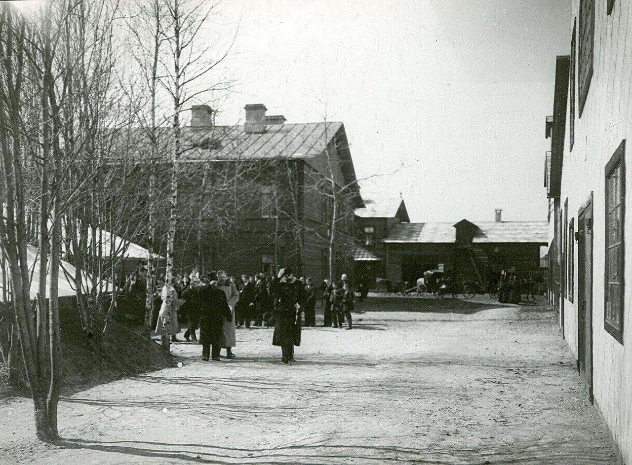 21. Группа посетителей расходится после осмотра завода
