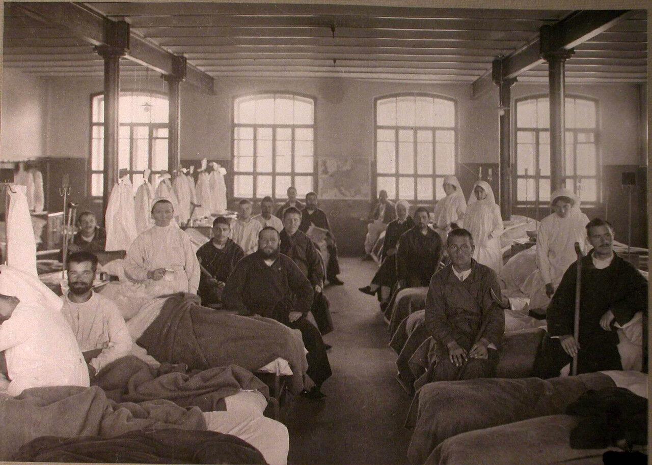 24. Раненые в палате лазарета,организованного при Трехгорном пивоваренном заводе