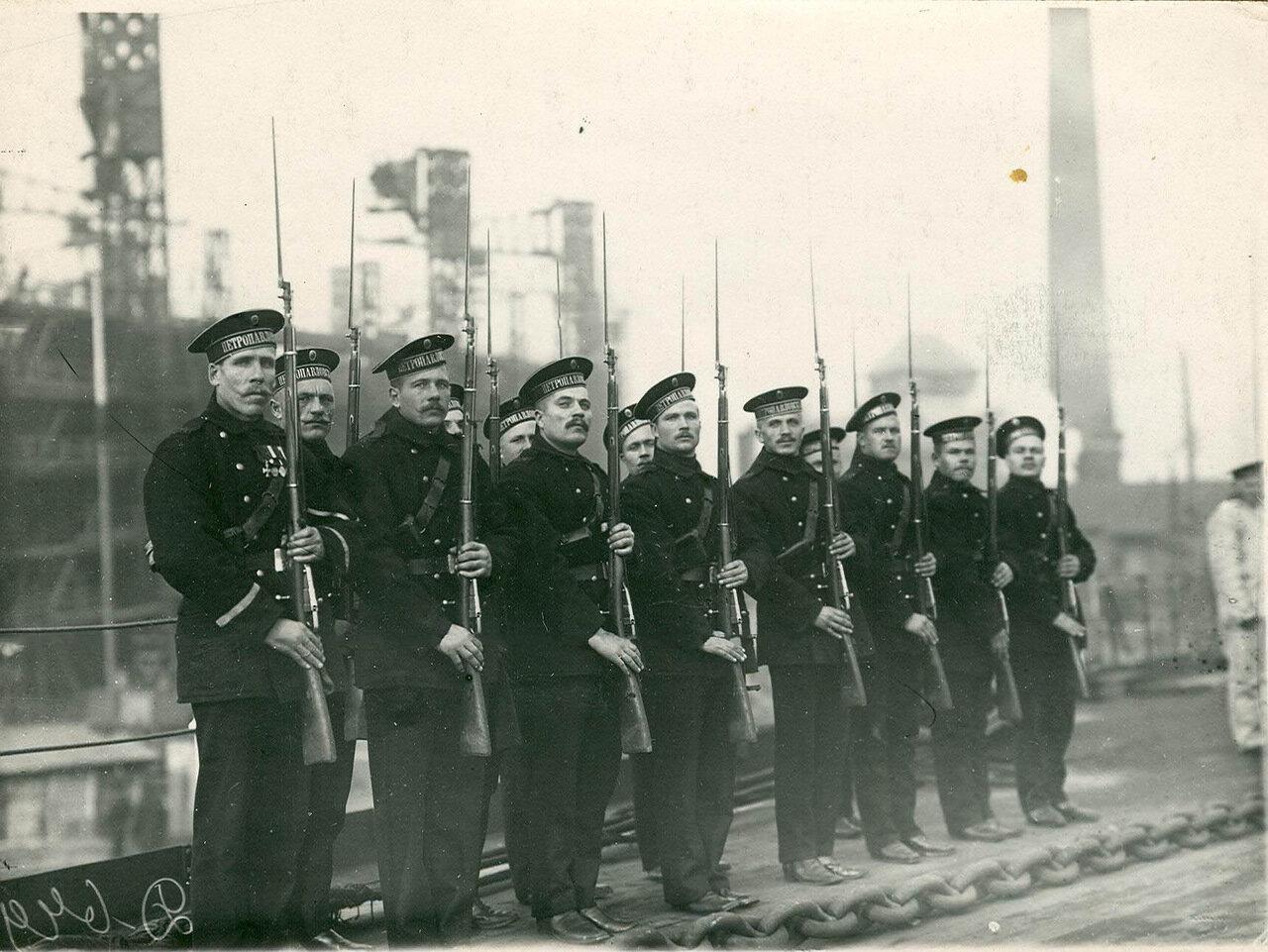 10.  Почетный караул матросов на палубе линкора Петропавловск в ожидании прибытия императора Николая II