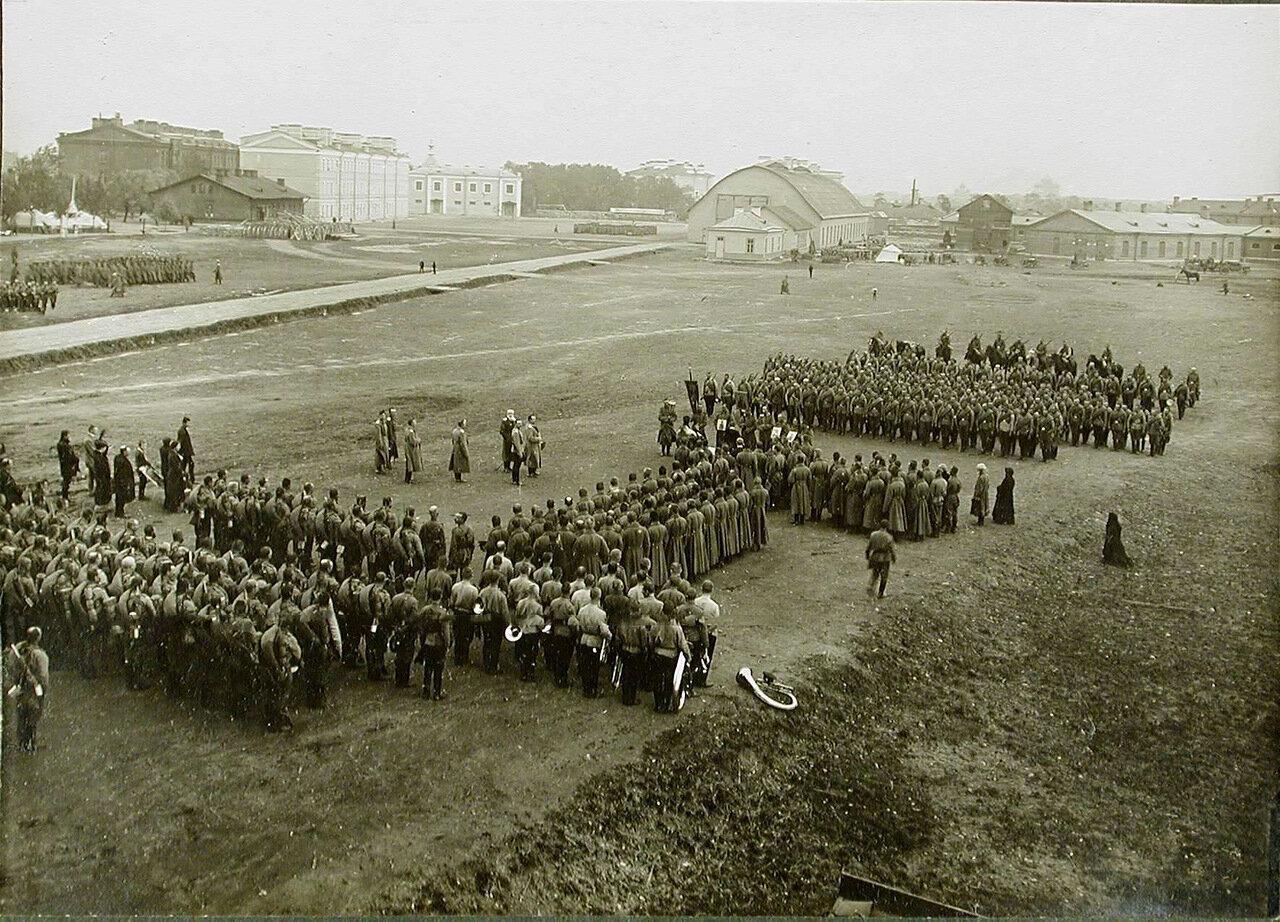 02. Солдаты и офицеры роты на плацу во время молебна в день отправки на фронт