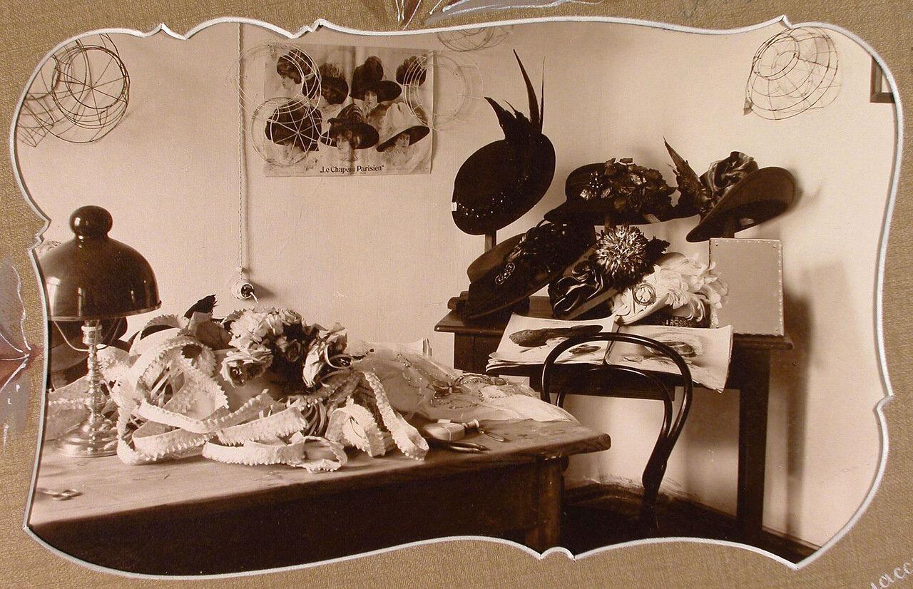 Вид части помещения шляпного класса с образцами головных уборов, изготовленных ученицами