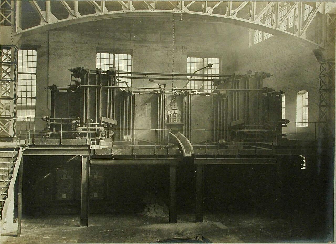 18. Общий вид печи, установленной в одном из цехов завода, и выпускного желоба. 14 декабря 1909