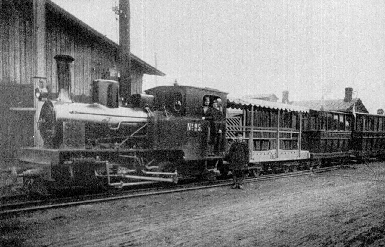 13. Поезд, в котором Николай II следовал по Путиловскому заводу