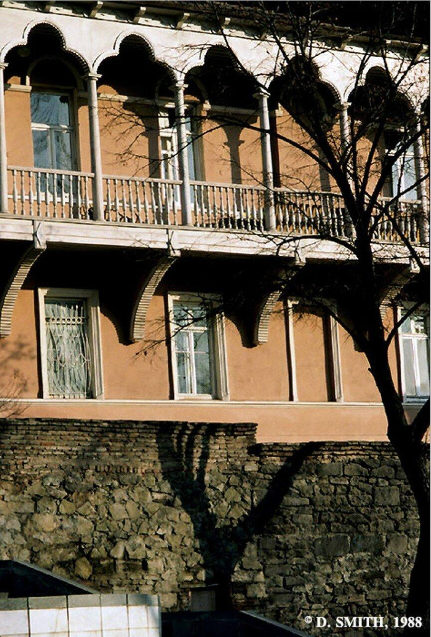 Тбилиси. Типичный грузинский дом с резными деревянными балконами