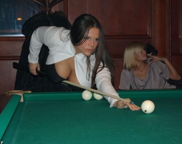 девушка с большой грудью играет в бильярд
