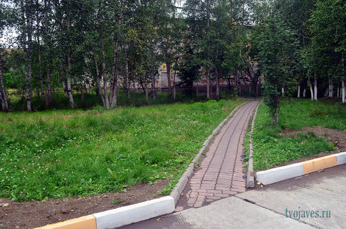 Фотография Инты №7196  Вид от юго-западного угла Дзержинского 29 в сторону Дзержинского 27 (бывший детский сад