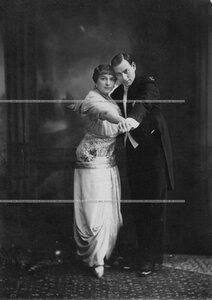 Пионтковская В. И. и ее партнер Шульгин И. Т.  танцуют танго.