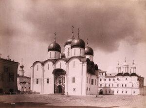 Вид Успенского собора в Кремле (построен итальянским зодчим Аристотелем Фиораванти в 1475-1479 гг.) Москва г.