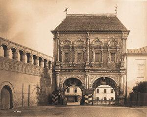 Вид на Крутицкие (Святые) ворота на Крутицком подворье (1693-1694 гг.,архитекторы Л.Ковалёв,О.Старцев). Москва г.