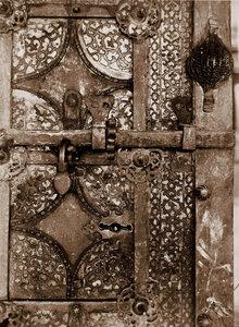 Вид детали железной двери собора. Владимирская губ.