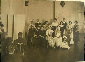 Группа артистов, выступавших перед ранеными, и организаторов благотворительного концерта в одном из помещений лазарета