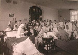 Медицинский персонал и раненые в одной из палат лазарета при Университетских клиниках..