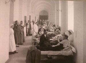Сестры милосердия и раненые впалате лазарета,открытого при Императорском университете.