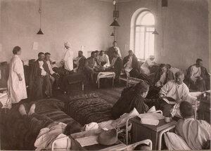 Раненые в палате лазарета при городской богадельне имени Колесовой.