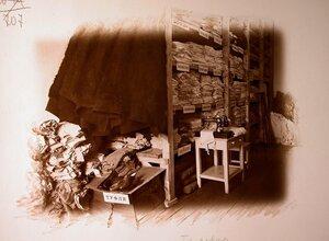 Вид части кладовой комнаты госпиталя; в центре на тумбочке - швейная машинка.