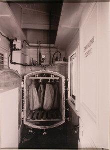 Вид дезинфекционной камеры (камера открыта), оборудованной в вагоне-прачечной.