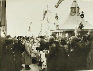 Губернские чиновники и жители встречают императора Николая II хлебом-солью;по левую руку Николая II-генерал-адъютант Н.В.Клейгельс