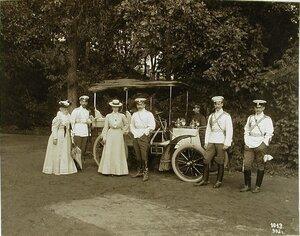 Члены императорской фамилии у автомобиля3-я слева великая княгиня Ольга Александровна,4-й-великий князь Борис Владимирович,5-й великий князь Михаил Александрович,6-й-великий князь Андрей Владимирович