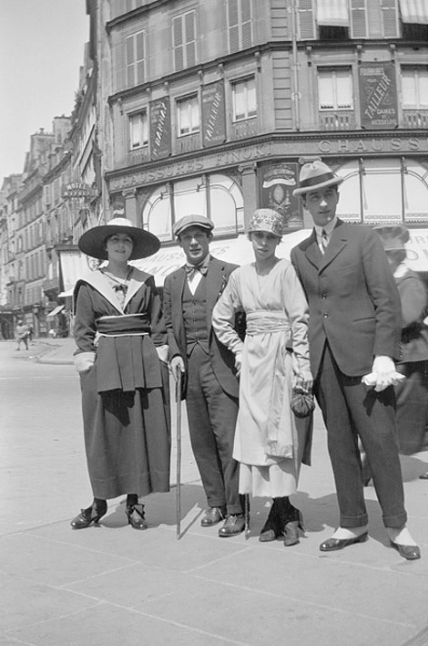 Olga-Khokhlova_Pablo-Picasso_Maria-Chabelska-et-Jean-Cocteau_Paris_Photo_1917.jpg