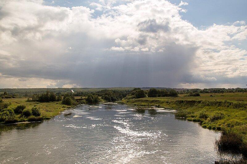 Солнечные лучи сквозь облака над долиной реки Воя в районе села Перевоз. Вид от ГЭС