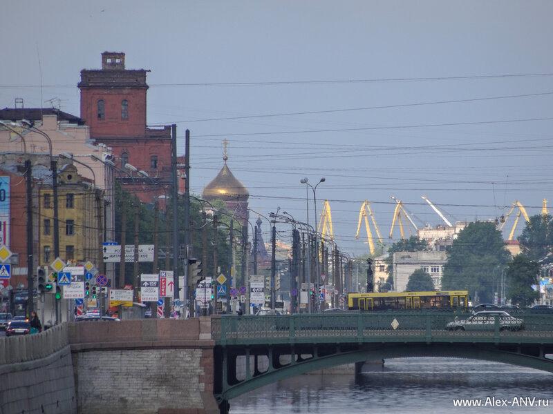 В дальнем конце Обводного канала виднеется купол церкви Богоявления Господня