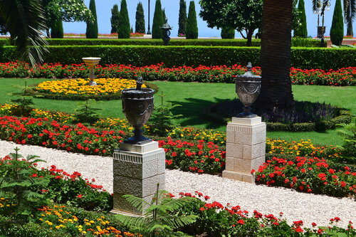 Клумбы Бахайского сада