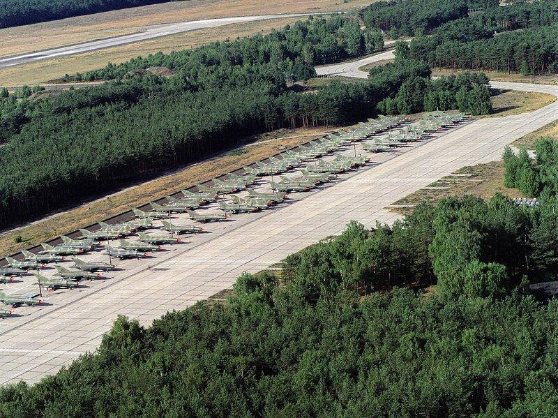 Sammelplatz für MiG-21 auf dem Flugplatz Cottbus-Drewitz