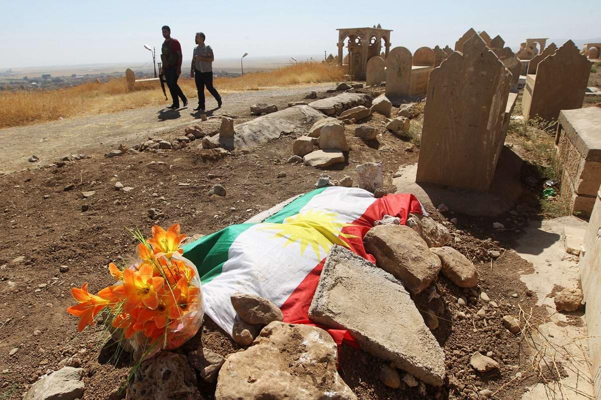 Могила ребенка беженцев, который умер от недоедания и болезней, на кладбище города Дахук на территории иракского Курдистана