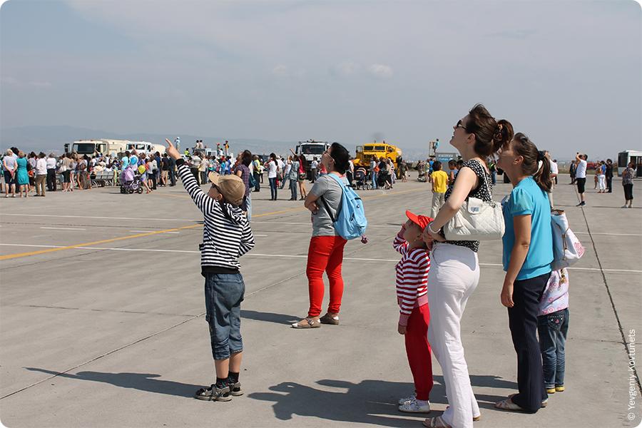 посетители наблюдают шоу парашютистов на Дне Воздушного Флота в г. Улан-Удэ