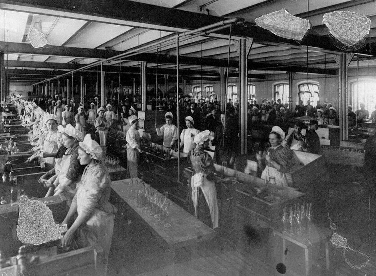 10. Работницы за мойкой спиртоводочной посуды