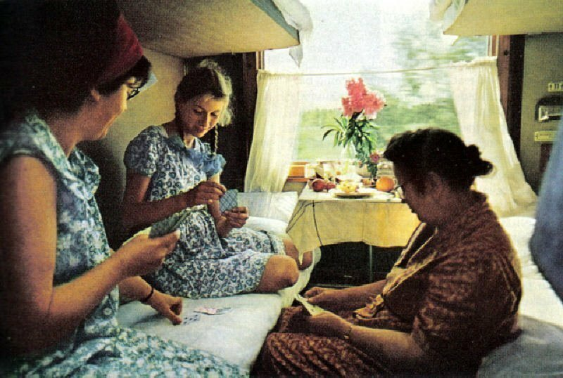 Пассажирки поезда Москва-Владивосток коротают время за картами. Поезд идет 7,5 суток