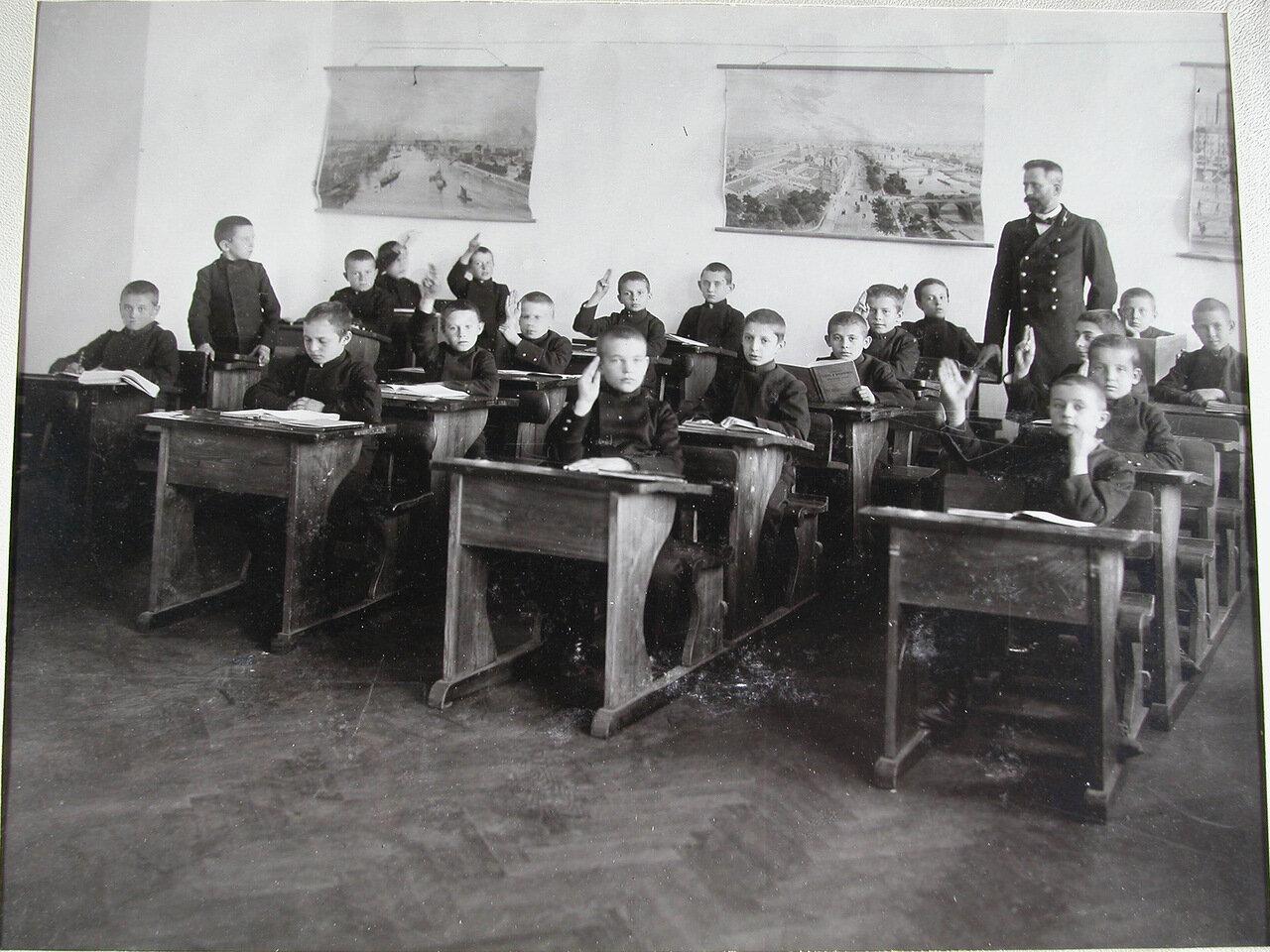 26. Воспитанники младшего возраста во время урока