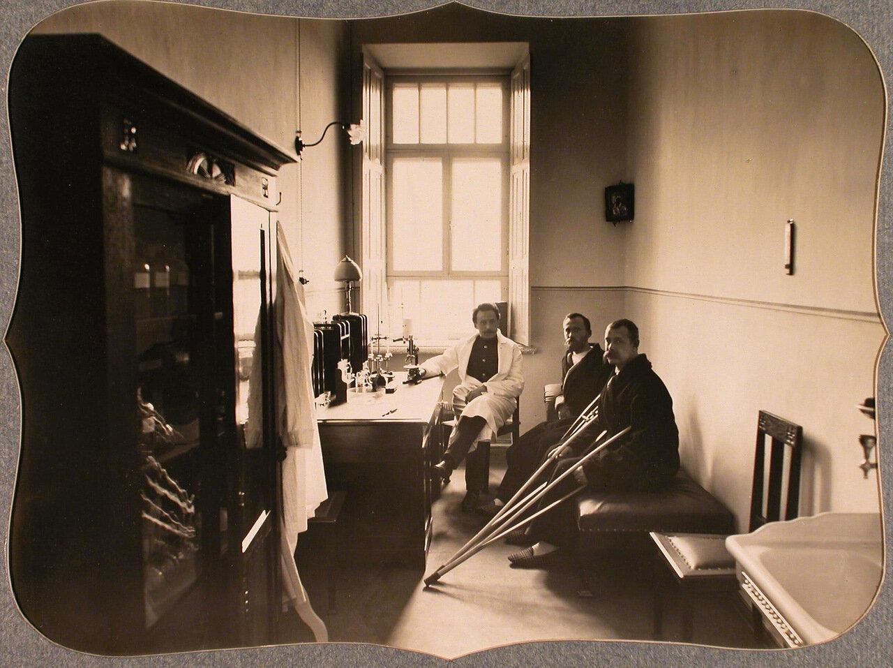 41. Врач и раненые в лаборатории лазарета общины