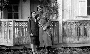 Местиа. Проводник Музахан с женщиной из семьи Джапаридзе