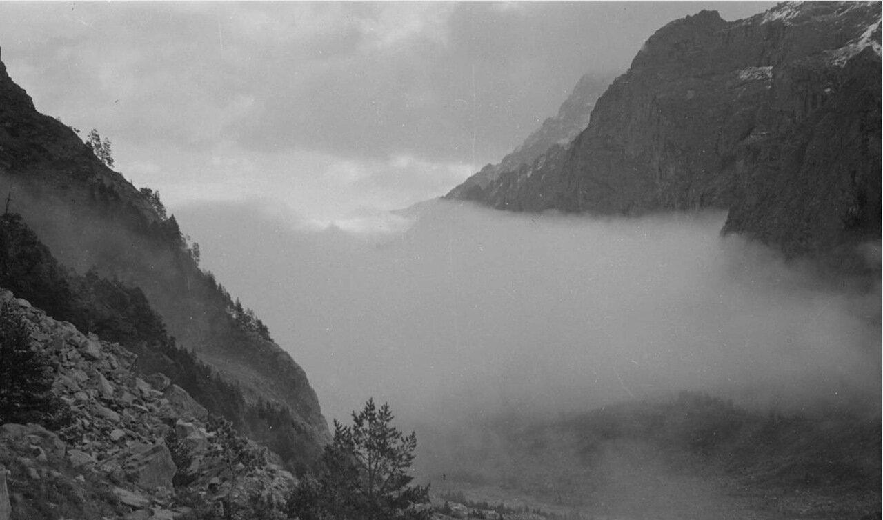 Окутанная туманом долина в горах Кавказа