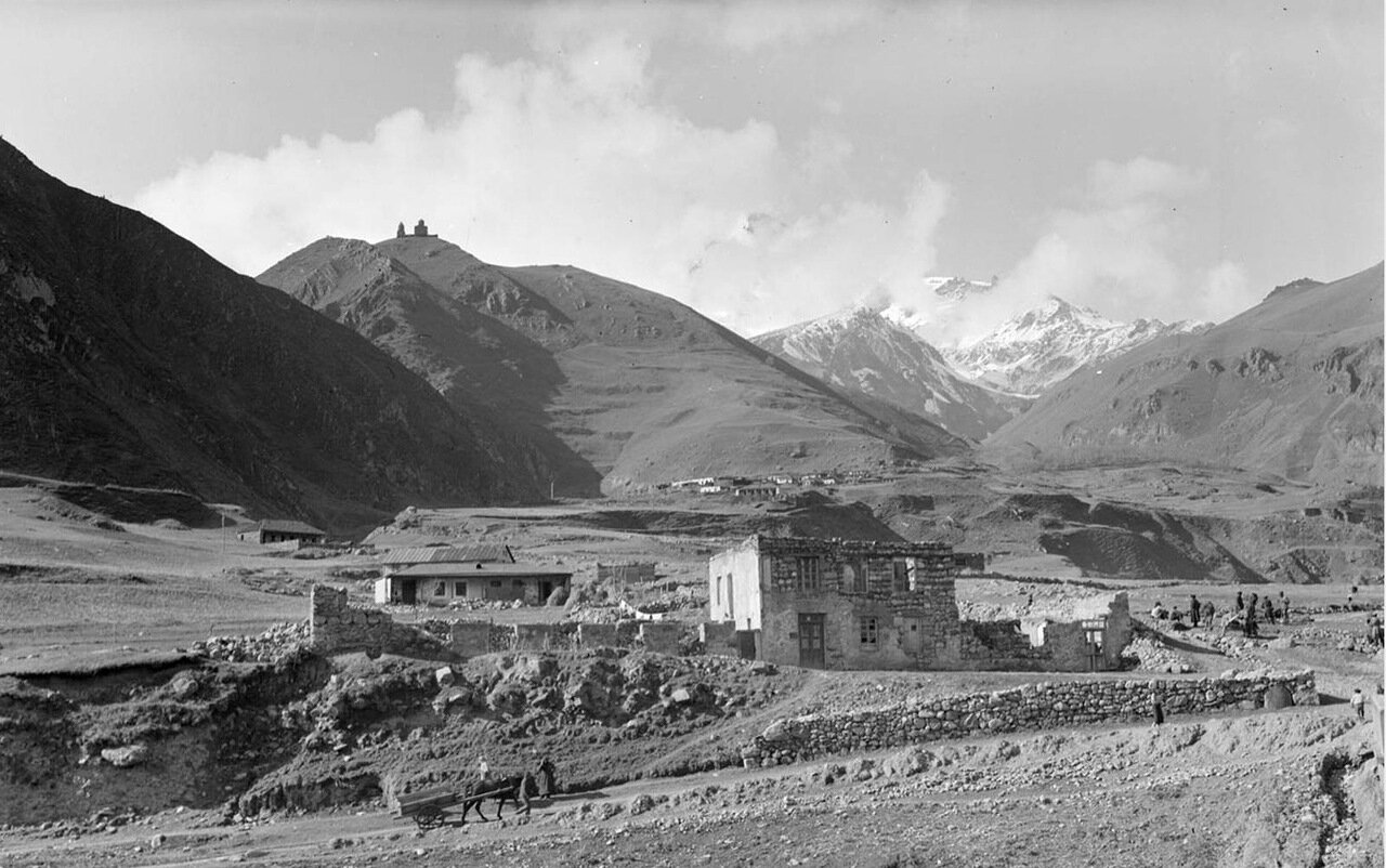 Село Казбеги и гора Казбек