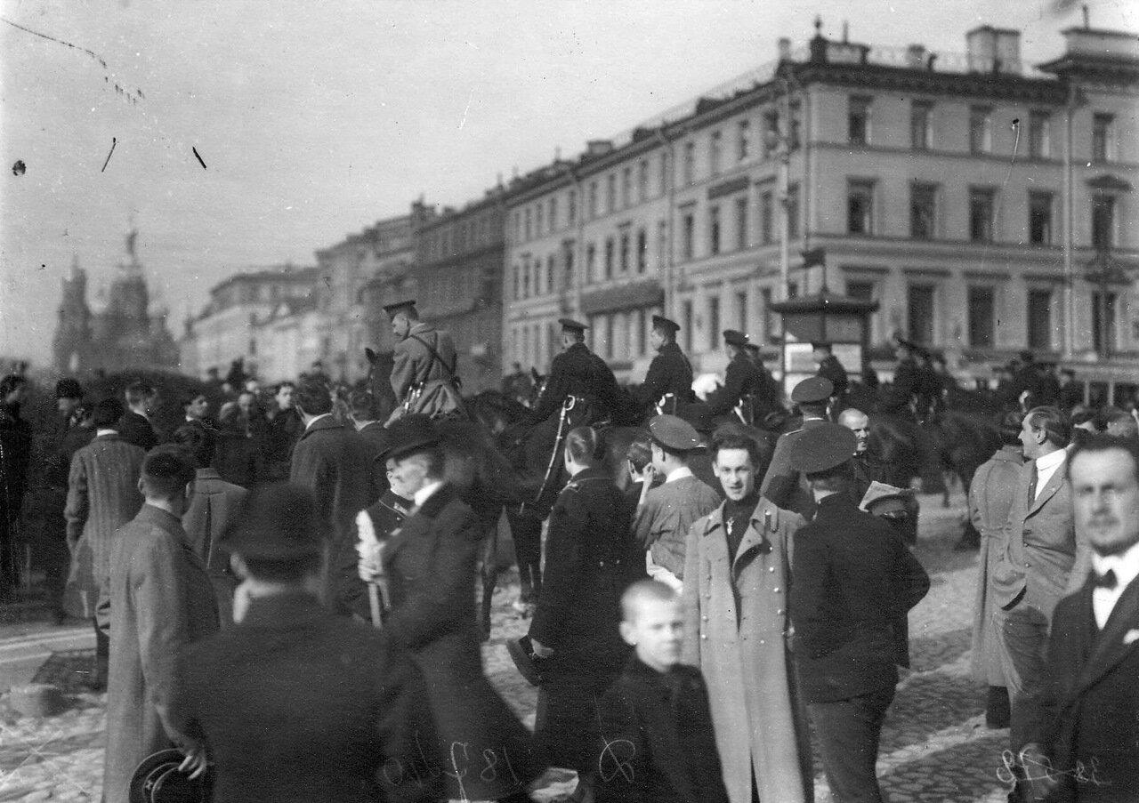 28. Участники манифестации на Невском проспекте у Екатерининского канала