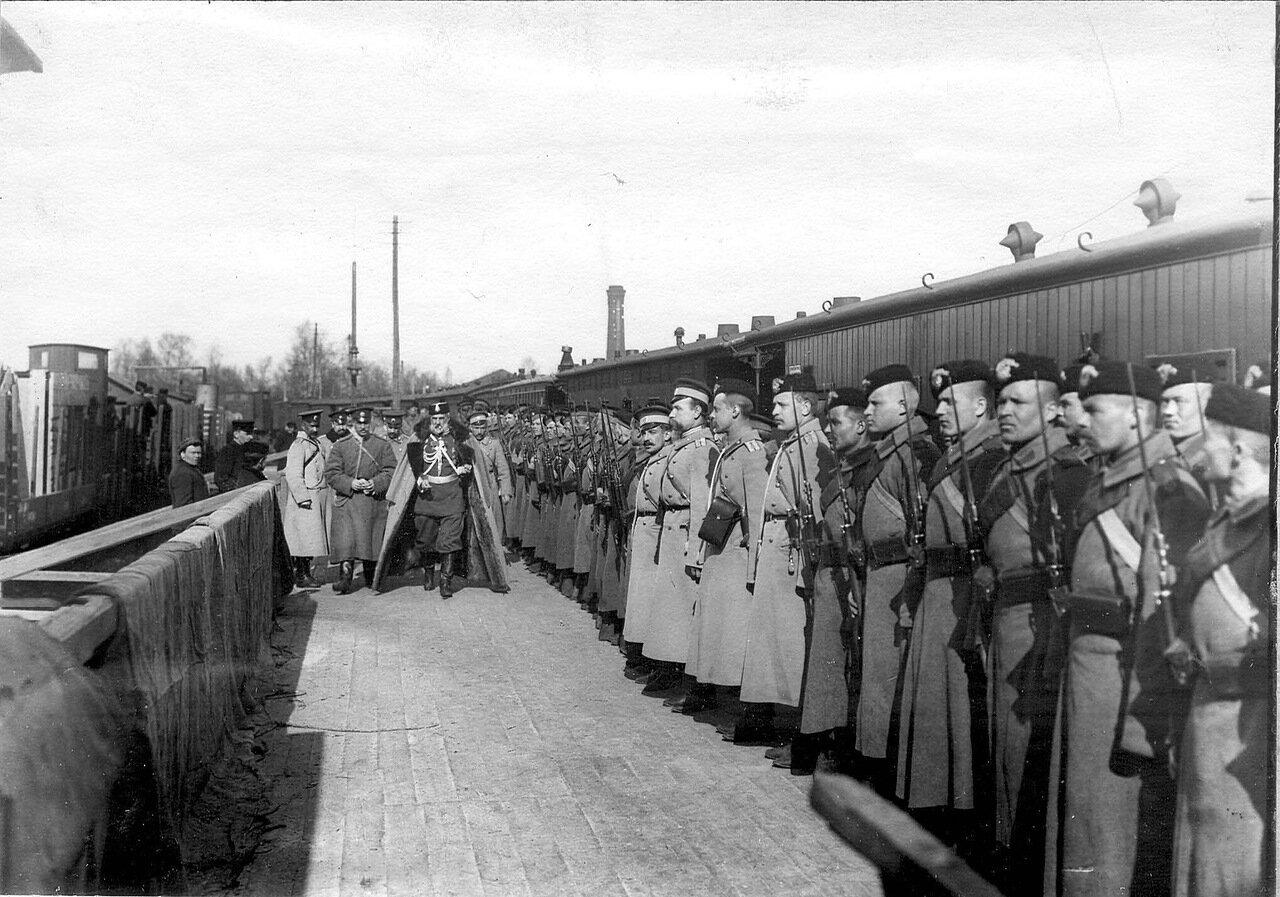 49. Почетный караул гостей гвардейской пехоты встречает генерала. Белоостров. 1908