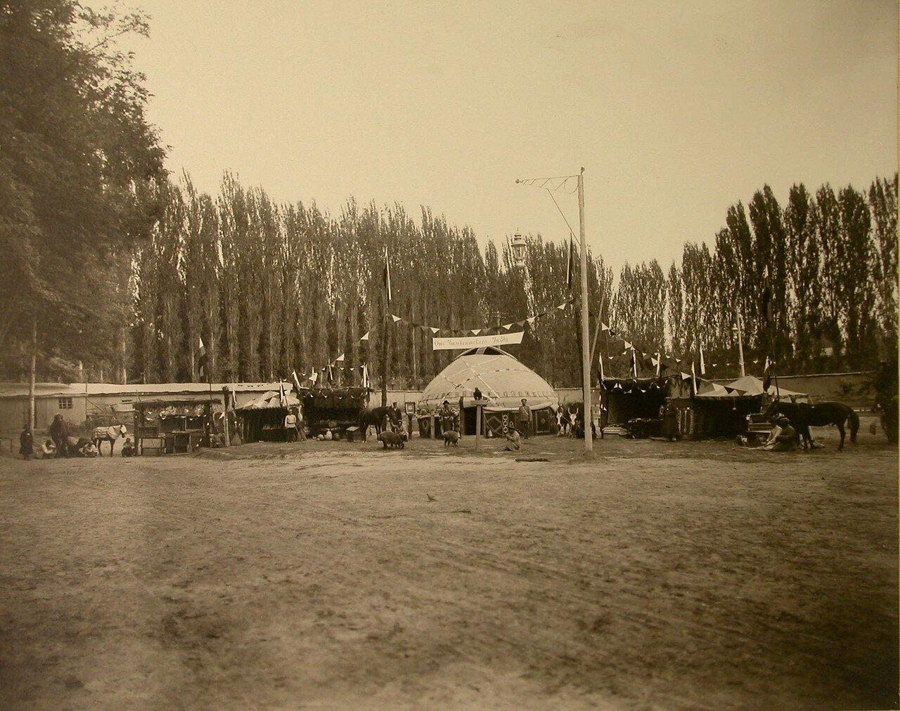 06. Группа местных жителей у экспонатов, представленных в отделе Чимкентского уезда