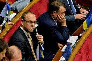 Как депутат Верховной рады подставку для флажков жевал