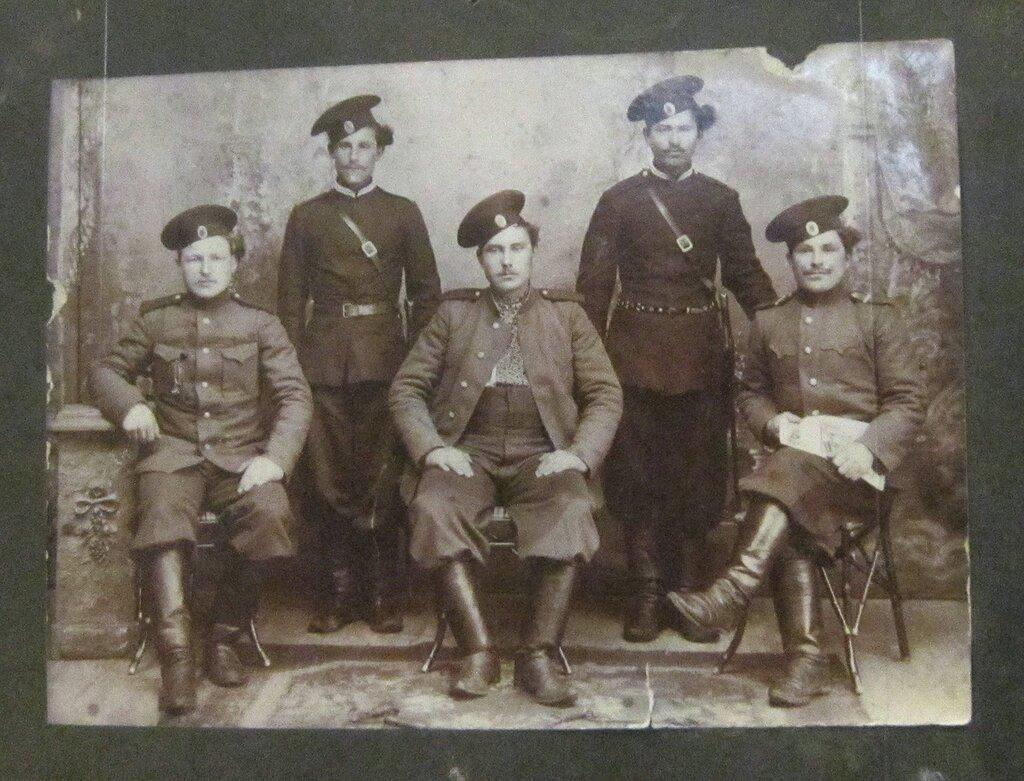 Группа казаков станицы Усть - Хопёрской в период прохождения военной службы. 1914 год.