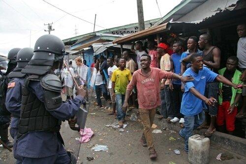В столице Либерии Монровии беднейший район Вест-Пойнт решили изолировать от остальных.